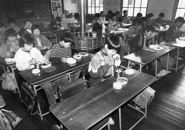1980년대 학교 교실에서 도시락을 먹는 학생들. [동아DB]