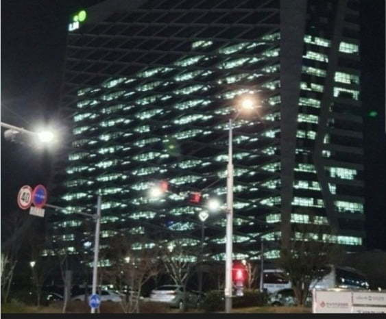3월 9일 한국토지주택공사(LH) 본사 압수수색 전날 온라인 커뮤니티에는 '실시간 진주 LH본사 전경'이라는 제목의 불 켜진 LH 본사 사옥 사진이 급속도로 확산됐다. [온라인 커뮤니티]