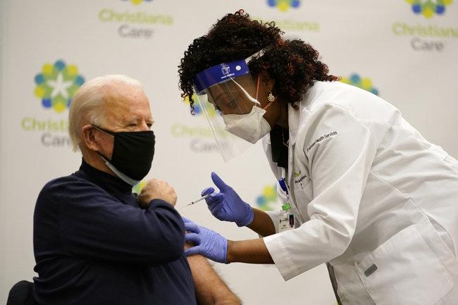 지난해 12월 21일(현지시간) 조 바이든 당시 미국 대통령 당선인이 델라웨어주 뉴어크에 있는 크리스티애나 병원에서 화이자의 코로나19 백신을 접종받고 있다. 그의 접종 모습은 TV로 생중계됐다. [AP=뉴시스]