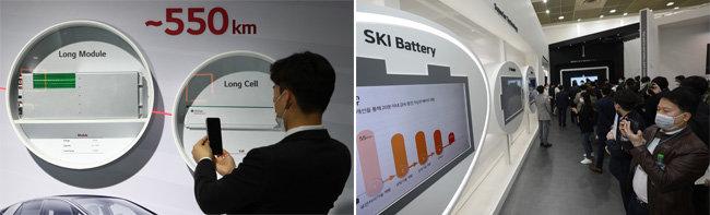 2020년 10월 21일 서울 강남구 코엑스에서 열린 '인터배터리 2020' 전시회에 마련된 LG 부스(왼쪽)와 SK 부스(오른쪽). [송은석 동아일보 기자]