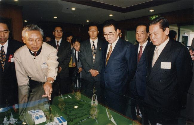 1994년 11월 2일 삼성전자 기흥공장을 방문한 리펑 당시 중국총리(왼쪽에서 세 번째)와 반도체 설비에 대해 설명을 듣는 이건희 회장. [동아DB]