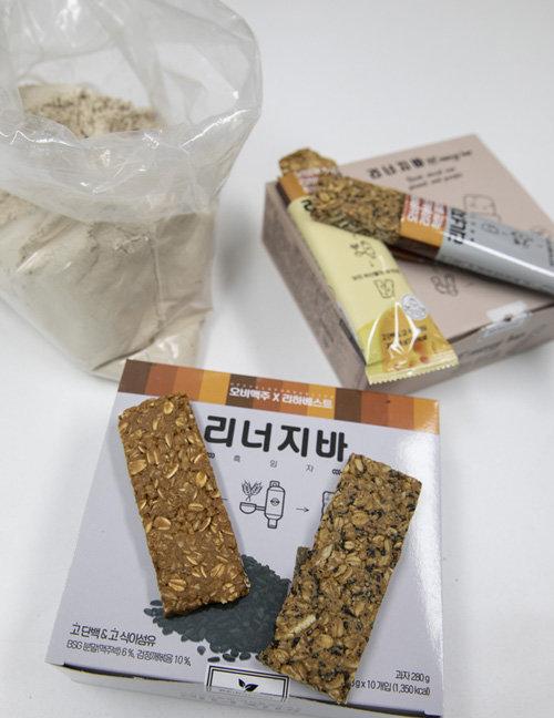 보리 부산물로 만든 식자재 '리너지가루'와 이를 이용한 에너지바. [박해윤 기자]