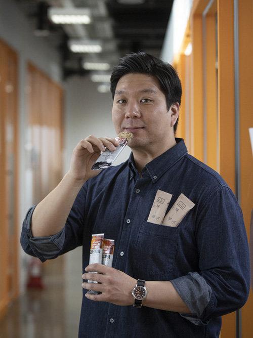 민명준 리하베스트 대표가 보리 부산물로 만든 에너지바를 들고 있다. [박해윤 기자]