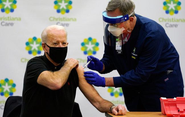 조 바이든 미국 대통령은 당선인 시절이던 1월 11일 코로나19 백신을 맞으며 국민 참여를 독려했다. [뉴어크=AP/뉴시스]