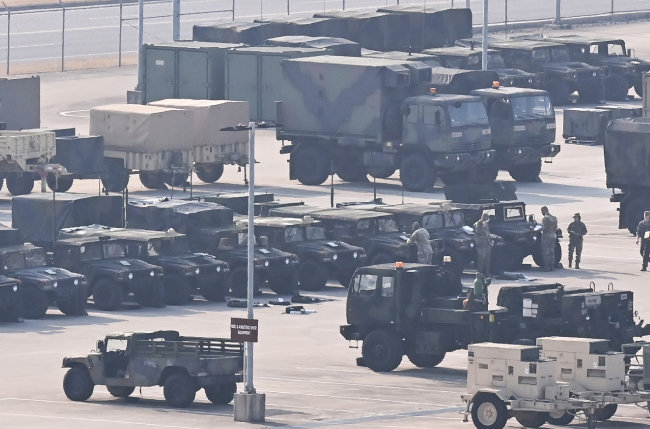 3월 8일 오전 경기 파주 접경지역에서 군 장병들이 전차를 정비하고 있다. [뉴시스]