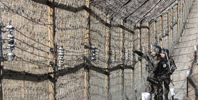휴전선 철조망에 설치된 '광망'은 유리섬유로 만들어져 닿기만 해도 경보음이 울리는 감시장비다. [동아DB]