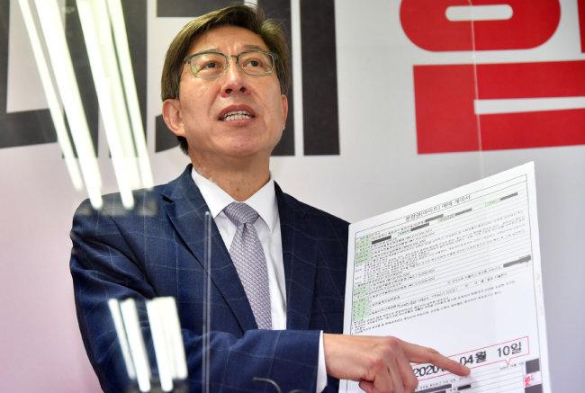 박형준 국민의힘 부산시장 후보가 3월 15일 오후 부산 부산진구 자신의 선거사무소에서 기자회견을 열어 최근 제기된 각종 의혹에 대해 입장을 밝히고 있다. [뉴시스]