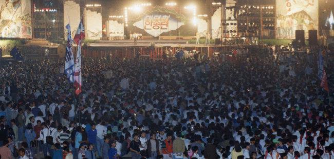 1993년 5월 27일 서울 성북구 고려대에서 4만여 명의 대학생이 참가한 가운데 한국대학총학생회연합(한총련) 출범식 전야제 행사가 열렸다. [동아DB]