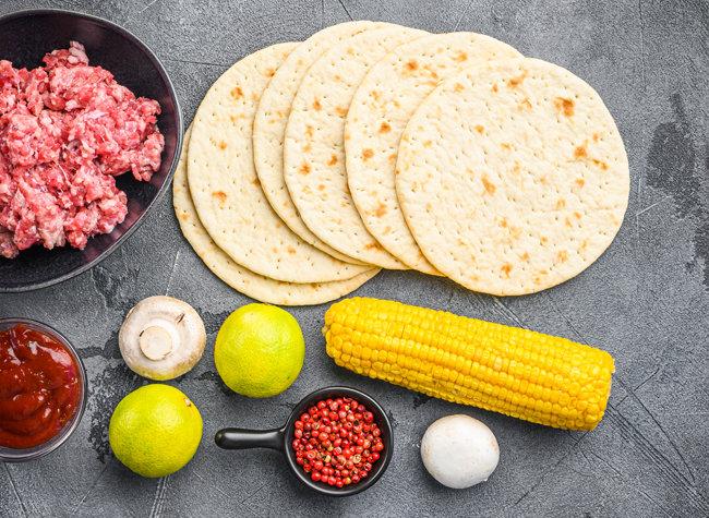 토르티야는 구운 고기와 잘 어울린다. 여기에 매운 고추 피클 몇 쪽, 고수 몇 잎을 더하면 색다른 맛이 난다. [GettyImage]