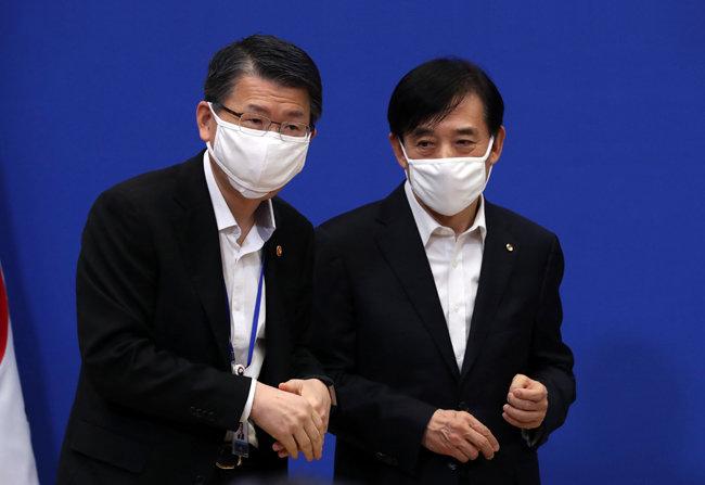 2020년 3월 19일 청와대에서 열린 제1차 비상경제회의에 앞서 은성수 금융위원장(왼쪽)과 이주열 한국은행 총재가 대화를 나누고 있다. [청와대 사진기자단]