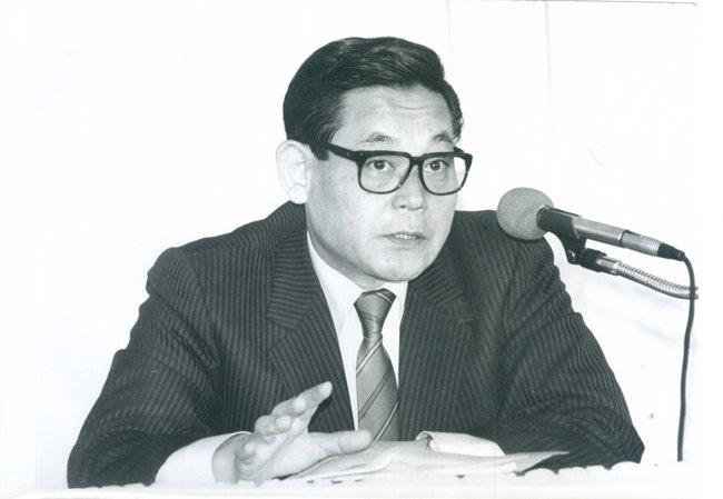 1988년 7월 23일 전국경제인연합회가 주최한 최고경영자 세미나에서 연설하고 있는 이건희 회장. 이건희 회장은 1980년대 후반부터 '업(業)의 개념'에 대해 말한 것으로 알려졌다. [삼성전자 제공]