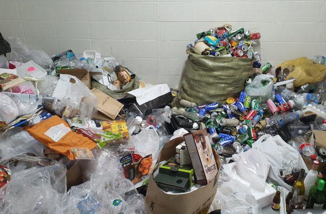 서울 영등포구의 한 오피스텔 분리수거장. 여기저기 플라스틱 배달음식 용기가 보인다.  [뉴스1]