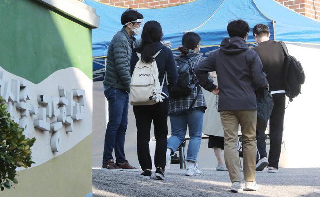지난해 10월 17일 서울 종로구 대신고교에서 치러진 지방공무원 7급 공개·경력 필기시험장으로 응시생들이 들어가고 있다. [뉴스1]