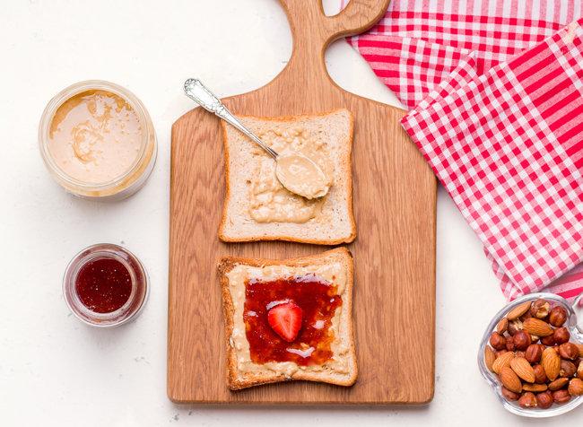 식빵에 땅콩버터와 과일잼을 동시에 발라 먹는 '피넛버터&젤리 샌드위치'는 고소하고 달콤한 맛이 일품이다. [GettyImage]