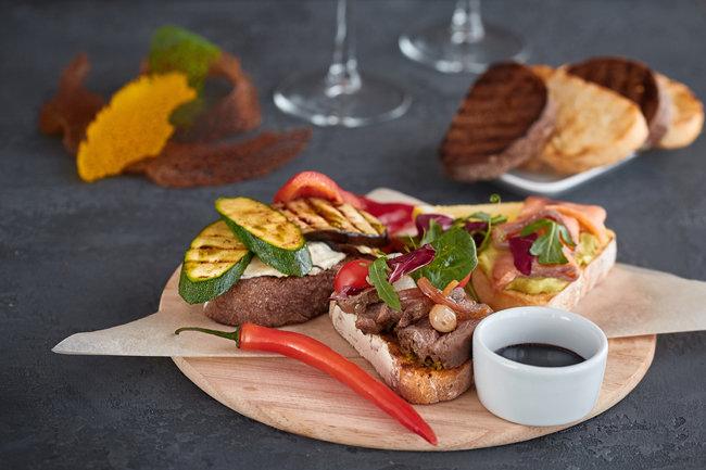 호박, 가지 등 채소를 기름에 말랑말랑하도록 구워 빵에 얹으면 고기 없이도 든든한 샌드위치가 된다. [GettyImage]