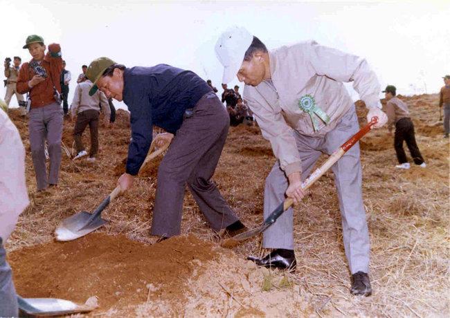 1972년 4월 5일 식목일을 맞아 식수하는 박정희 전 대통령. [동아DB]