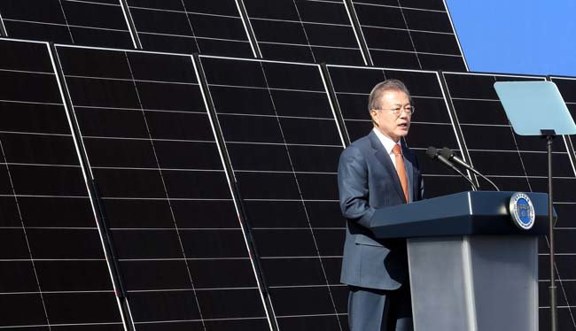 2018년 10월 30일 문재인 대통령이 전북 군산시 유수지 수상태양광부지에서 열린 '새만금 재생에너지 비전 선포식'에 참석해 인사말을 하고 있다. [청와대사진기자단]