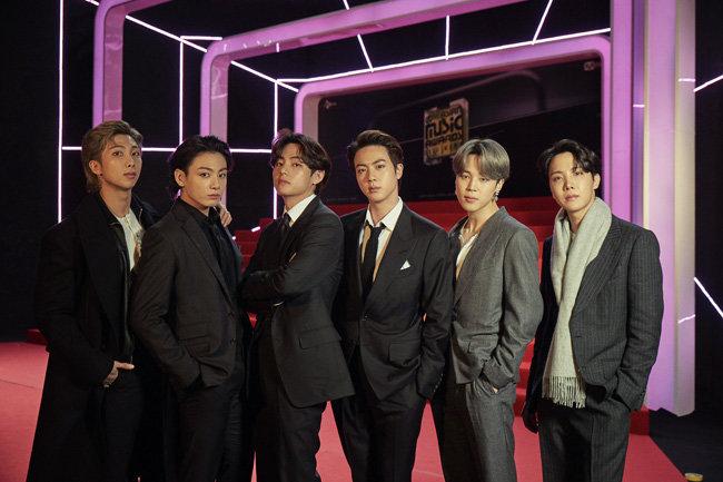 지난해 12월 6일 열린 '엠넷 아시안 뮤직 어워드' 포토월 행사에서 포즈를 취하고 있는 방탄소년단(BTS) 멤버들. BTS는 자기만의 '세계관'으로 해외 팬들 마음을 사로잡았다. [동아DB]