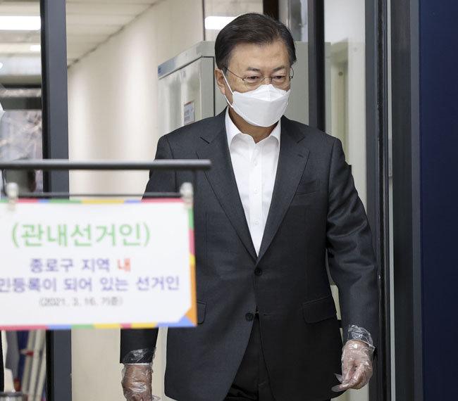 4월 2일 서울 종로구 삼청동 주민센터에 마련된 4·7 재·보궐선거 사전투표소에 문재인 대통령이 들어서고 있다. [청와대 사진기자단]