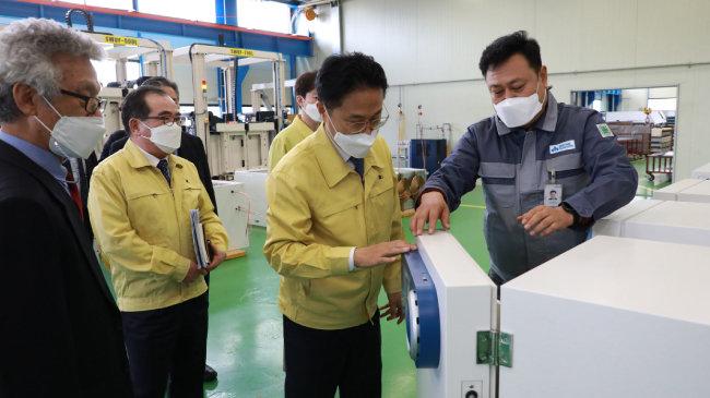 김정우 조달청장(오른쪽에서 두 번째)은 3월 4일 강원 원주시에 있는 코로나19 백신 보관용 초저온 냉동고 생산시설을 방문해 현장 상황을 점검했다. [조달청 제공]