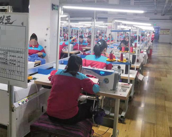지난해 5월 촬영한 중국 단둥 봉제공장. 북한 노동자들이 이곳에서 생산한 코로나19 방호복은 세계로 팔려나갔다.  [김승재 제공]