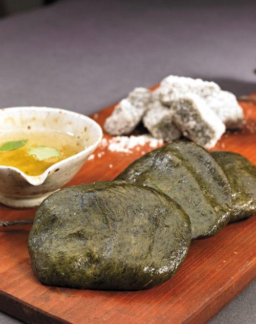 밀가루의 쫄깃쫄깃한 맛과 쑥의 은은한 향이 잘 어울리는 쑥개떡. [GettyImage]
