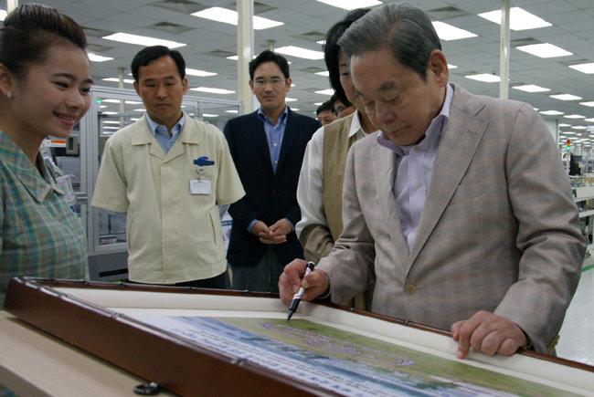 2012년 10월 13일 베트남 하노이시 북동쪽 박닌성 옌퐁공단에 있는 삼성전자 SEV(Samsung Electronics Vietnam) 법인을 방문한 이건희 당시 삼성전자 회장. [삼성전자 제공]