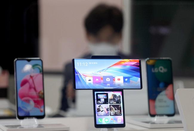 LG전자가 적자를 내던 스마트폰 사업부 철수를 확정한 4월 5일 오전 서울시내 한 LG전자 매장에 스마트폰이 진열돼 있다. [뉴시스]