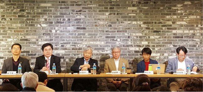 전강수 교수(왼쪽에서 두 번째)는 기본소득형 국토보유세 아이디어를 처음 제시했다. 사진은 2017년 4월 열린 국토보유세 토론회. [전강수 제공]