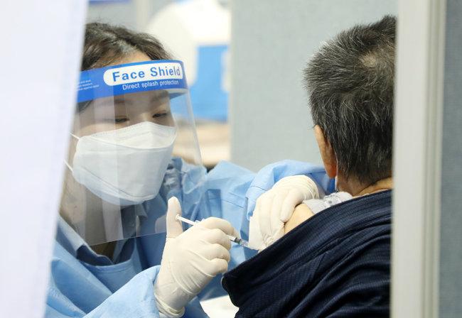 4월 15일 전북 익산 실내체육관에서 의료진이 한 남성에게 코로나19 예방 백신을 주사하고 있다. [뉴스1]