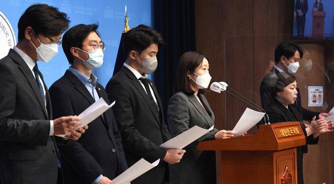 4월 9일 오영환, 이소영, 장경태, 장철민, 전용기 등 더불어민주당 초선의원 5명은 서울 여의도 국회에서 '더불어민주당 2030의원 입장문'을 발표했다. [뉴스1]