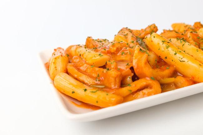 파스타에 많이 사용하는 토마토소스에 생크림을 섞으면 고소하고 새콤한 로제소스가 된다. [GettyImage]