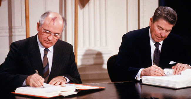 1987년 12월 8일 로널드 레이건 당시 미국 대통령(오른쪽)과 미하일 고르바초프 당시 소련공산당 서기장이 중거리핵전력조약(INF)에 서명하고 있다. {GettyImage]
