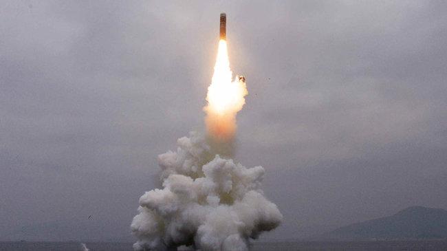 """2019년 10월 3일자 북한 로동신문에 실린 사진. 신문은 """"동해 원산만 수역에서 새형의 잠수함탄도탄(SLBM) '북극성-3'형 시험발사를 성공적으로 진행했다""""고 보도했다. [노동신문 캡쳐]"""