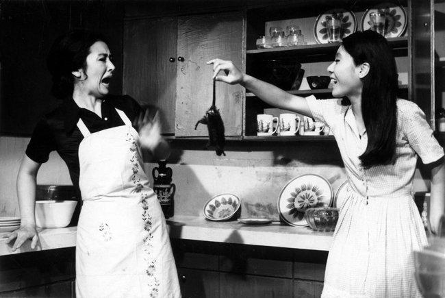 윤여정(오른쪽)의 영화 데뷔작인 김기영 감독의 1971년 작품 '화녀'. [(주)콘텐츠존 제공]