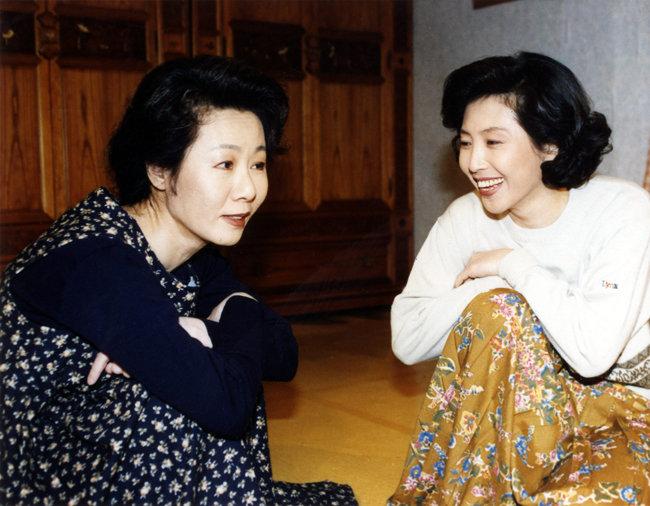 1995년 11월 18일 첫 방영된 KBS2 '목욕탕집 남자들'은 김수현 작가가 대본을 썼다. 극중에서 윤여정(왼쪽)과 고두심이 대화하고 있다. [KBS 제공]