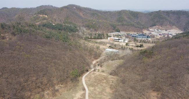 경기 연천군의 사업장 폐기물 처리시설 예정 부지. 분지 지역인 데다 민가와도 멀리 떨어져 있다. [지호영 기자]