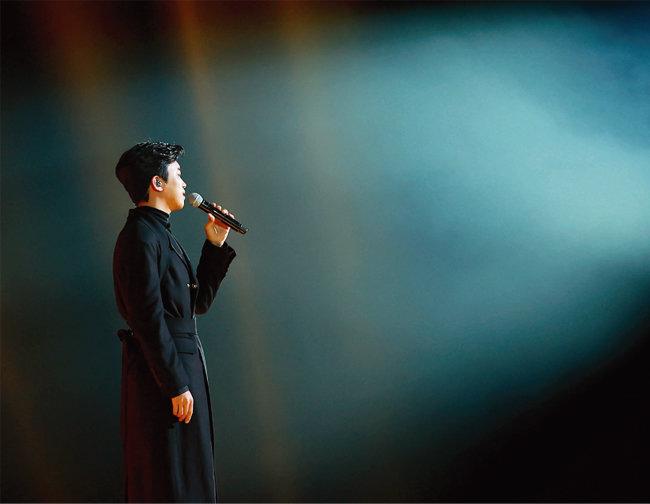 임영웅이 1월 9일 열린 '제35회 2021 골든디스크어워즈 with 큐라프록스' 디지털 음원 부문에서 베스트 트로트 상을 수상한 후 축하 공연을 펼치고 있다. [골드디스크어워즈 사무국 제공]