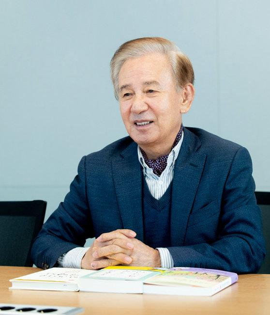 작가 김홍신은 최근 에세이집 '자박자박 걸어요'를 출간했다. [지호영 기자]