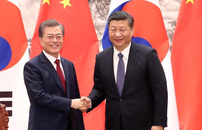 2017년 12월 14일 문재인 대통령과 시진핑 중국 국가주석이 베이징 인민대회당에서 악수하고 있다. [청와대사진기자단]