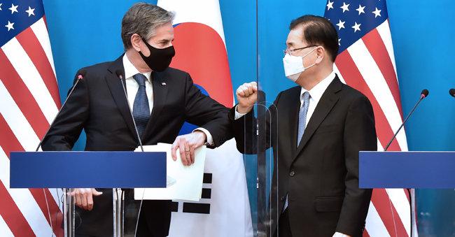 정의용 외교부 장관과 토니 블링컨 미국 국무장관이 3월 18일 서울 종로구 외교부 청사에서 한·미 외교·국방 장관 공동기자회견 후 인사를 나누고 있다. [사진공동취재단]