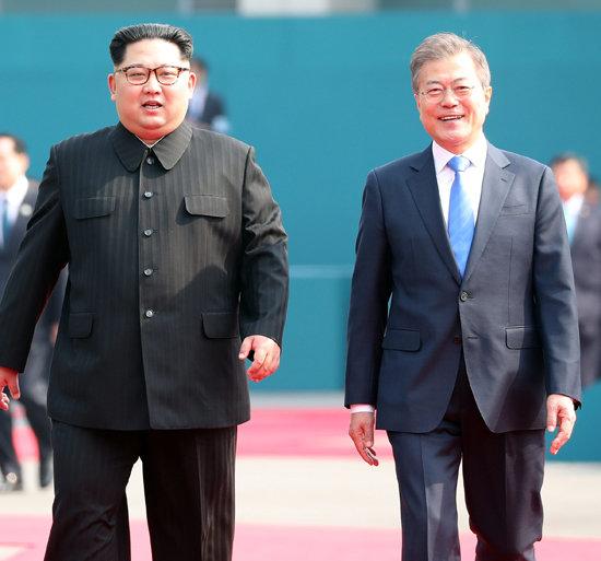 2018년 4월 27일 판문점에서 만난 문재인 대통령(오른쪽)과 김정은 북한 국무위원장. [한국사진공동취재단]