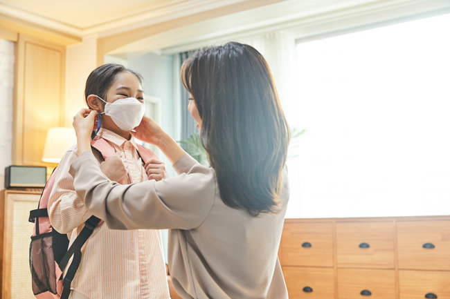최근 국내외에서 어린이 코로나19 감염률이 높아지고 있다. 전문가들은 외부 활동을 할 때도 방역수칙을 철저히 지켜야 한다고 강조한다. [GettyImage]
