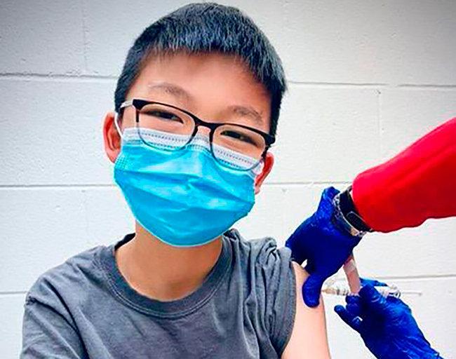 미국에서 화이자 코로나19 백신 12~15세 대상 임상시험에 참여한 케일럽 정이 지난해 12월 22일 백신을 투여받고 있다. 화이자는 3월 코로나19 백신의 12~15세 예방률이 100%라고 발표했다. [AP뉴시스]