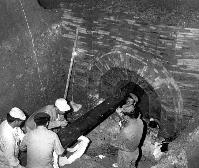 1971년 7월 9일 충남 공주시 무령왕릉 발굴 단원들이 관의 널조각을 꺼내고 있다. [동아DB]