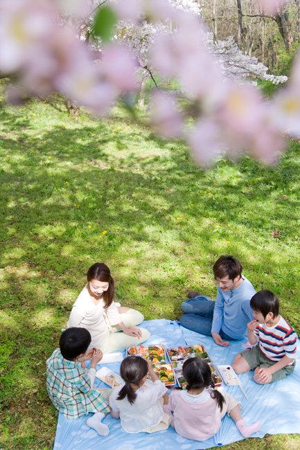 파란 하늘에서 기운 넘치는 햇살이 쏟아져내려오는 5월이 되면 공원 잔디밭은 행복한 가족들 웃음 소리로 가득 찬다. [GettyImage]