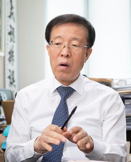 이석연 변호사는 문재인 정부가 입법을 통해 헌법 정신을 훼손하고 있다며 임대차3법 등에 대한 위헌소송을 진행하고 있다. [지호영 기자]