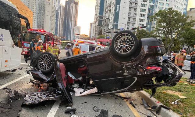 지난해 9월 14일 오후 부산 해운대구에서 7중 추돌 사고를 낸 뒤 전복된 포르셰. 40대 운전자는 차량을 몰기 전 대마초를 피운 것으로 드러났다. [부산지방경찰청 제공]