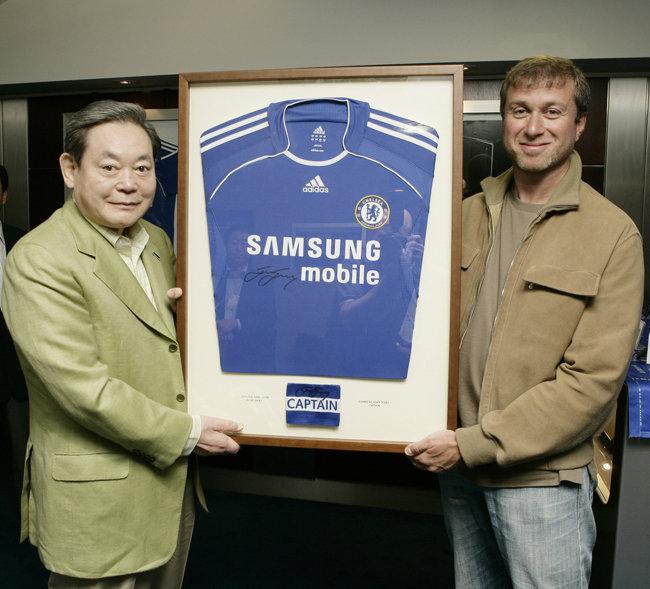 2006년 영국 프리미어리그 첼시 구단 관계자를 접견한 이건희 회장. [삼성전자 제공]