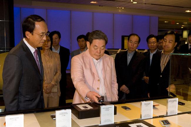 2006년 9월 19일 이건희 회장이 뉴욕 맨하탄에 있는 삼성체험관을 방문해 전시된 최신 휴대폰을 직접 시현해보고 있다. [삼성전자 제공]
